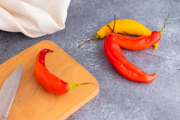 Präsentation des peruanischen scharfen roten chilis (aji limo)