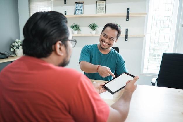 Präsentation junger arbeiter über einen job mit tablette