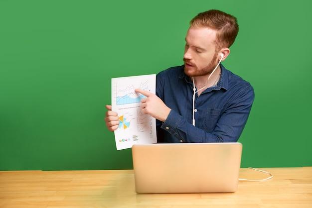 Präsentation von graphen über videokonferenzen auf grünem hintergrund isoliert
