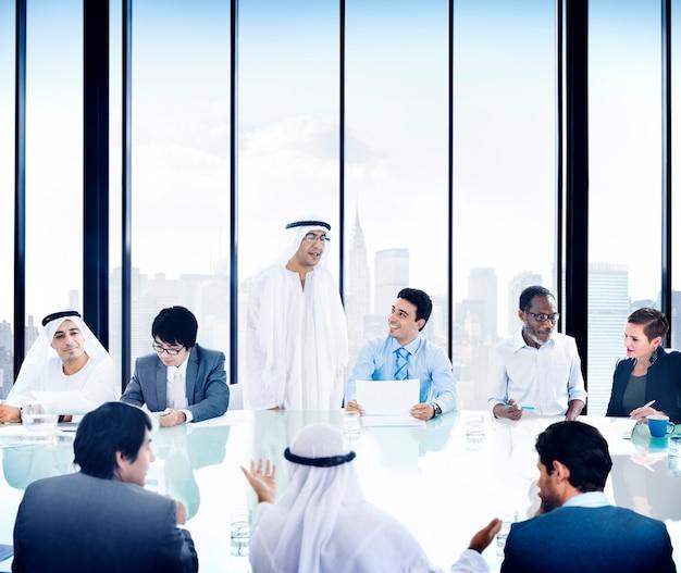 Präsentations-kommunikations-verschiedenartigkeits-konzept der geschäftsleute unternehmensversammlung