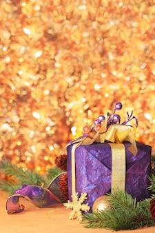 Präsentieren sie die dekoration für frohe weihnachten und ein glückliches neues jahr