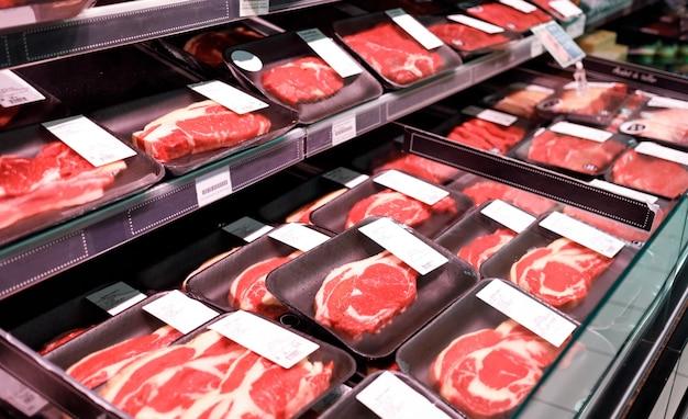 Präsentieren sie rindfleischsteaks fleischprodukte in einem supermarkt