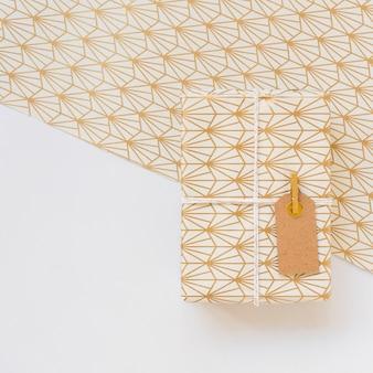 Präsentkarton in sweetie-papier mit tag