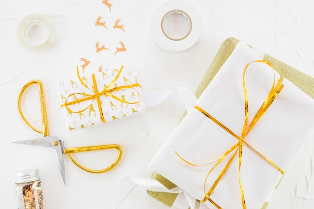 Präsentkarton in wrap in der nähe von schere, ornament hirsch und scotch