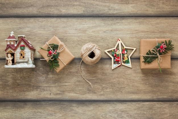 Präsentkartons in der nähe von weihnachtsspielzeug und -fäden