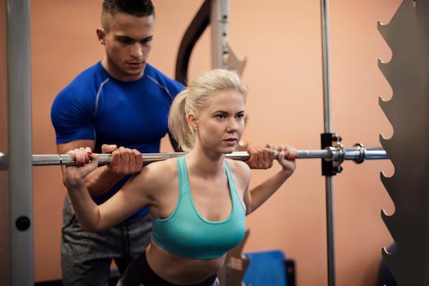 Präzises training mit personal trainer