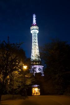 Prag aussichtsturm auf petrin hügel in der nacht