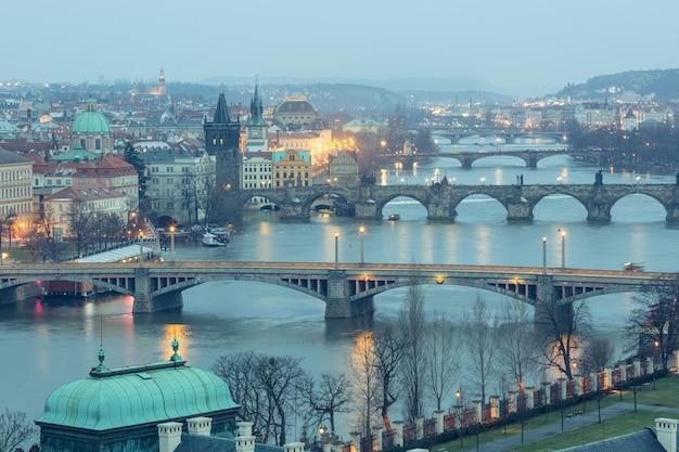 Prag in der dämmerung, ansicht von brücken auf der moldau