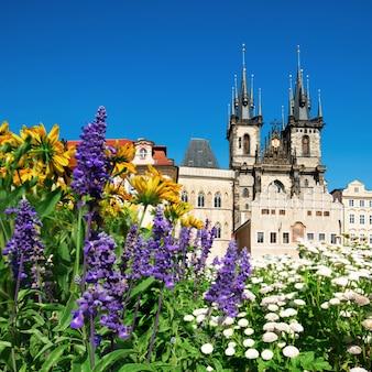 Prag, marienkirche vor dem teyn in blumen