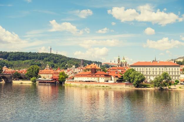 Prag-panoramastadt-skyline und charles bridge, prag, czechia. bootsfahrt auf der moldau