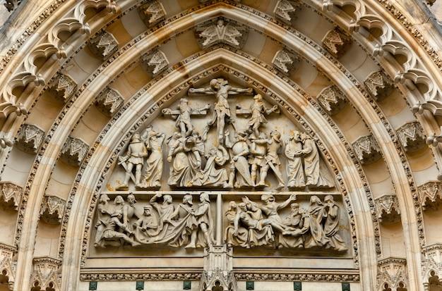 Prager burg - detail der gotischen architektur von st. vitus kathedrale. tschechien