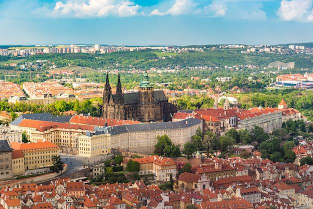 Prager burg mitten in der stadt mit schönem himmel, prag
