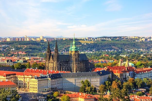 Prager schlosskomplex, sommeransicht in der tschechischen republik.