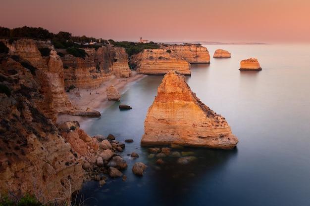Praia da marinha bucht mit den beeindruckenden klippen an der algarve, portugal