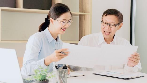 Praktikantin erhält feedback-leistungen am arbeitskonzept. Premium Fotos