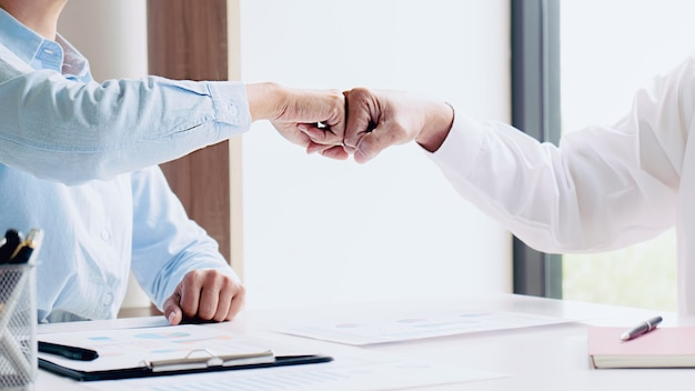 Praktikantin erhält feedback-leistungen am arbeitskonzept.
