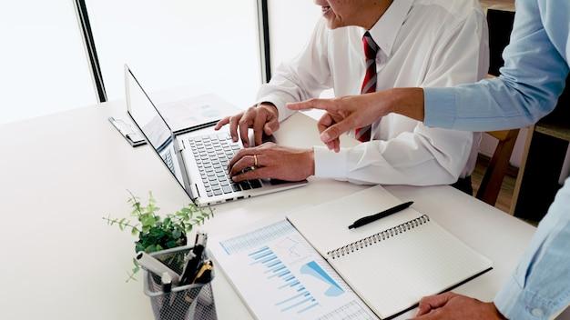 Praktikantin erhält feedback zu leistungen im arbeitskonzept.