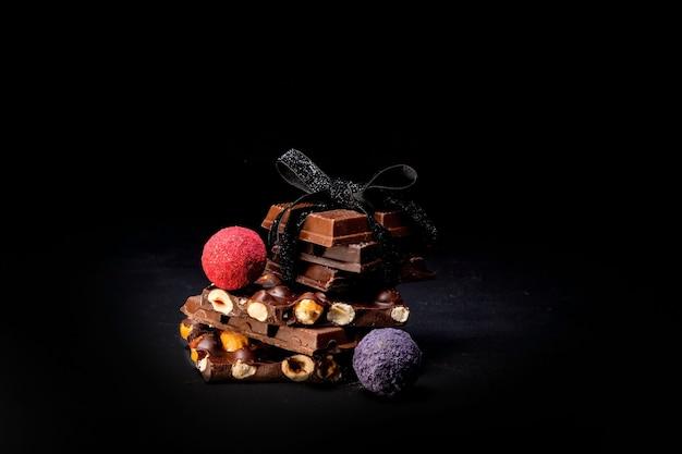 Praline mit pralinen mit schokoladenstücken und fliegendem kakao