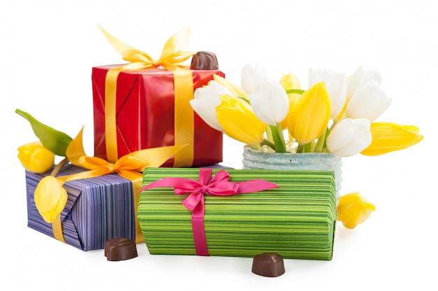 Pralinen, geschenke und tulpen