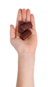 Pralinen in der handfläche der jungenhand, lokalisiert auf weißem hintergrund. draufsicht der handfläche oben, um süßigkeiten zu zeigen.