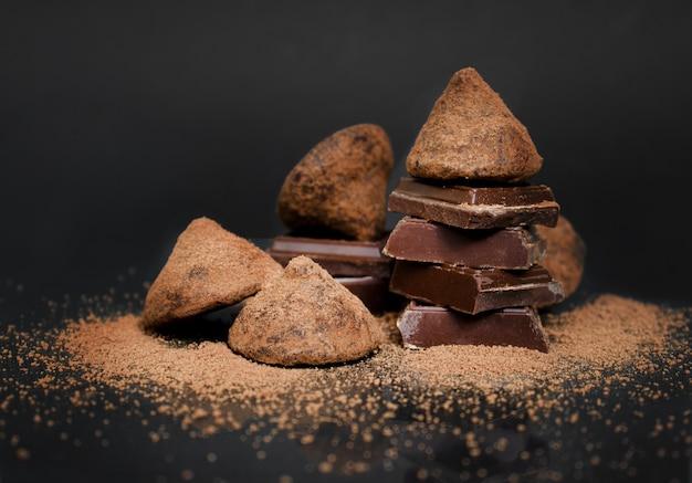 Pralinen mit trüffel auf dunklem hintergrund süßwaren