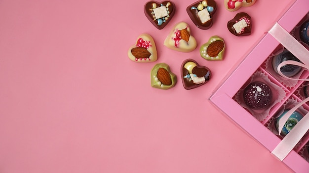 Pralinen-pink-geschenkbox mit handgemachten pralinen auf rosa