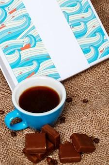 Pralinen und kaffee auf sackleinen