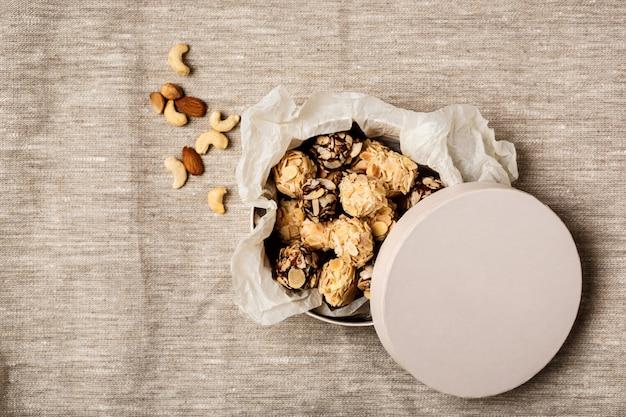 Pralinen und nüsse auf sackleinen