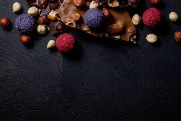 Pralinenhintergrund. schokolade. auswahl an feinen pralinen in weißer, dunkler und milchschokolade.