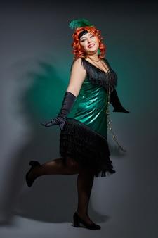 Pralle frau des retro- kabaretts mit dem roten haar
