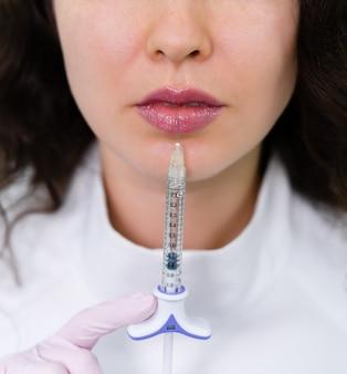 Pralle lippenvergrößerungsspritze injektion nahaufnahme