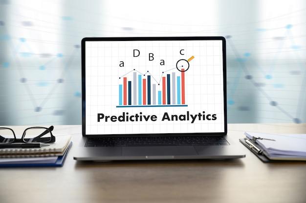 Predictive analytics-geschäftsmann, der am schreibtisch arbeitet
