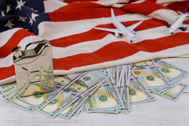 Preis für erdölprodukte im us-dollar-ölgeschäft, steigende weltölpreismarke usa-flagge