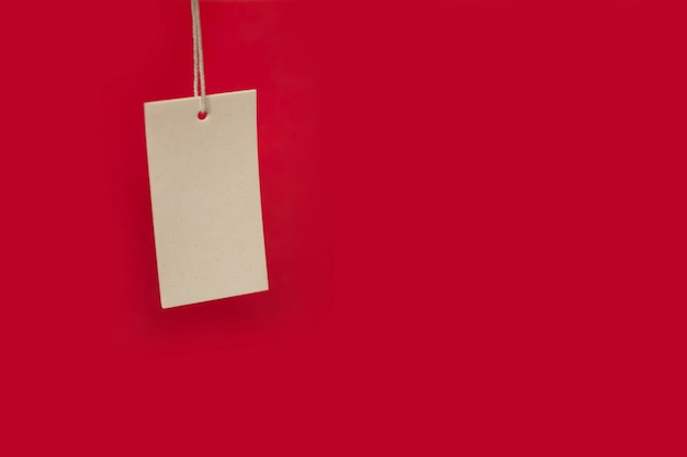 Preisschild auf rotem grund. black friday-verkauf. kopieren sie platz für text