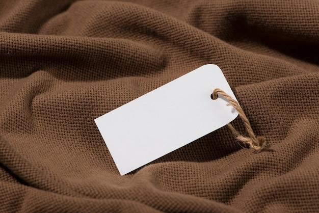 Preisschild des hemdes. rechteckiges etikett ist an einem pullover befestigt