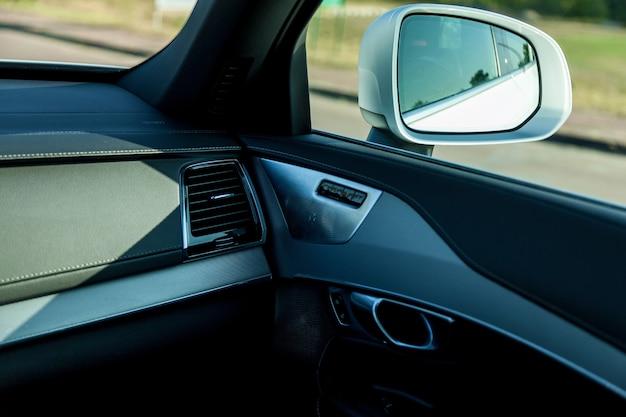 Premium-autointerieur in schwarzem leder mit weißem faden vernäht