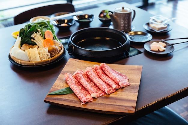 Premium rare slices wagyu a5 rindfleisch mit hochmarmorierter textur