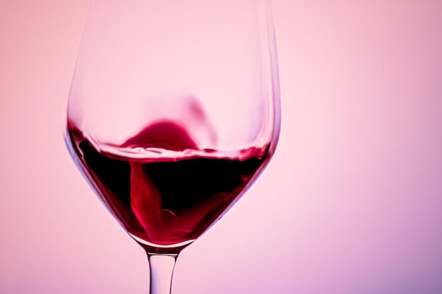Premium-rotwein in kristallglas-alkoholgetränk und luxus-aperitif-önologie- und weinbauprodukt
