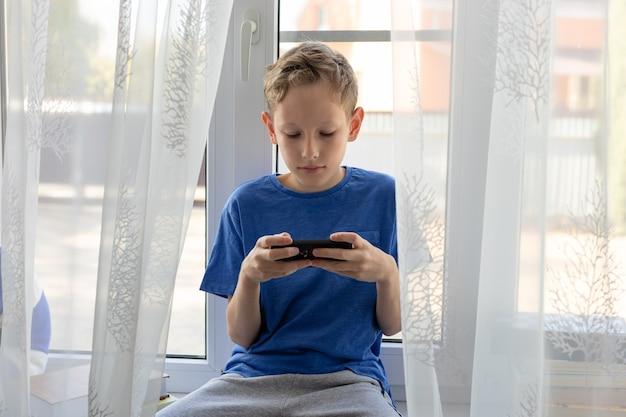Preteen boy benutzt handy, spielt, benutzt apps