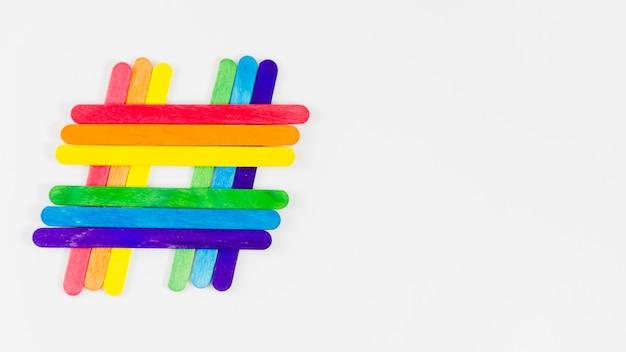 Pride flag mit bunten stöcken