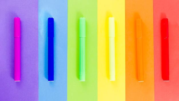 Pride flagge mit bunten filzstift