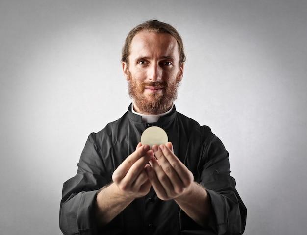 Priester, der frieden anbietet
