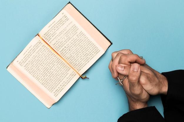 Priester, der heiliges buch betet und liest