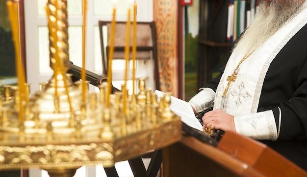 Priester, der in der kirche betet