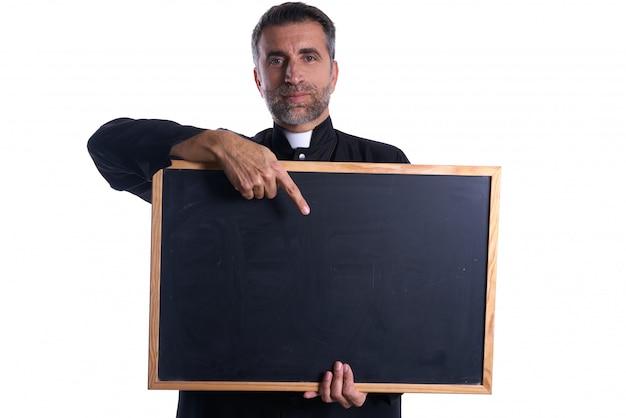 Priester, der leeren tafelkopienraum hält