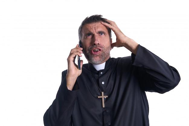 Priester, der lustigen ausdruck des smartphone spricht