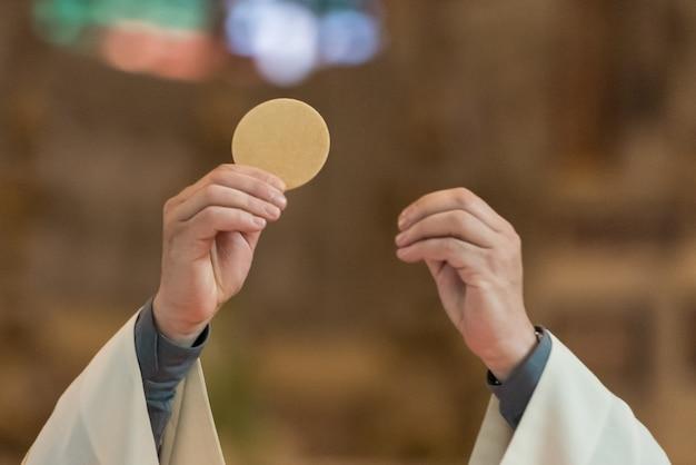 Priester gibt eucharistie
