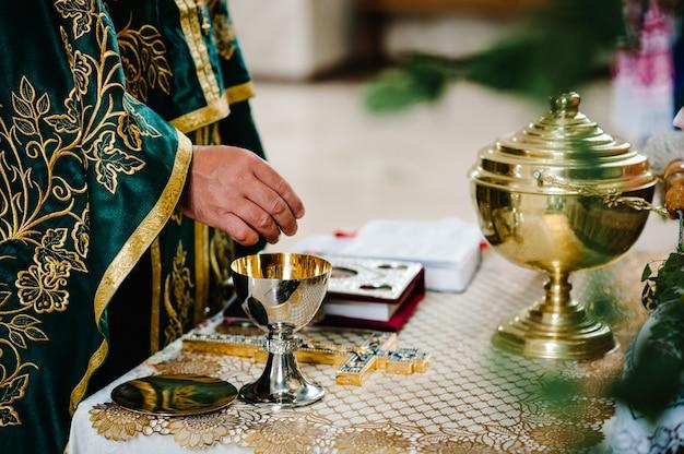 Priester während einer hochzeitszeremonie