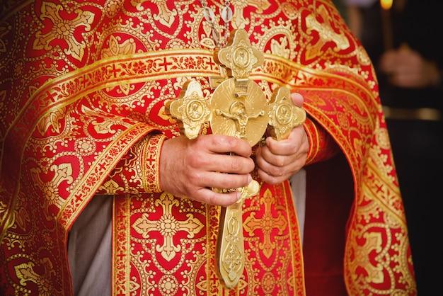 Priester während einer zeremonie