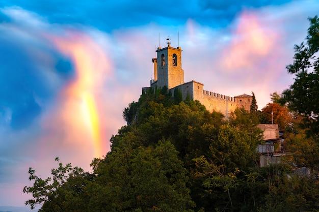 Prima torre, festung guaita, auf dem berg titano, in der stadt san marino der republik san marino bei herrlichem sonnenuntergang mit regenbogen